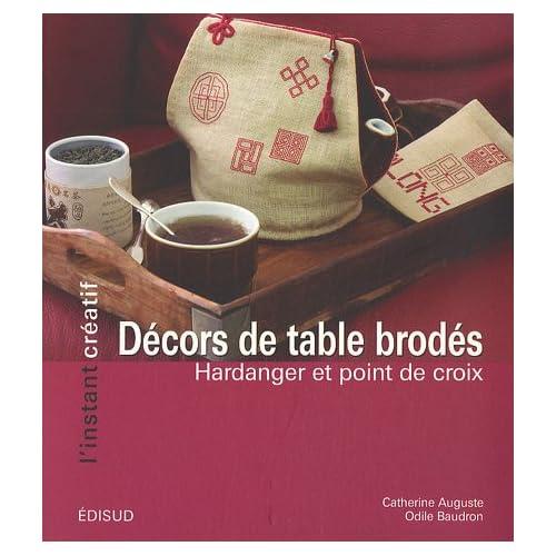 Décors de table brodés : Hardanger et point de croix